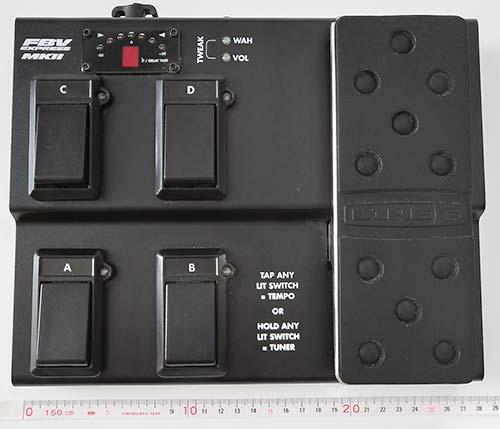 前面にはコントロールスイッチにペダルが配置される 状態確認用LCD有り