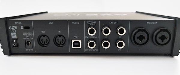 背面には入出力端子や電源接続、スイッチが備わっている