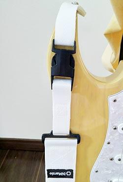 ギターを抱える際に使用する部品をストラップと呼びます
