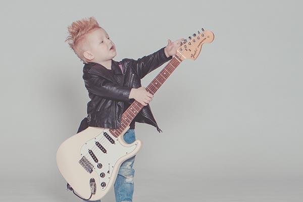 ギターを抱える少年
