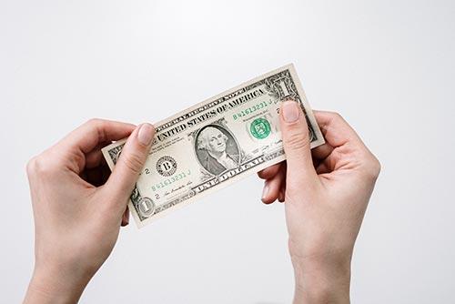 1ドル紙幣を持つ手
