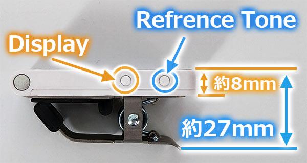 厚み 約8mm、クリップ部を含むと約27mm Reference Toneボタンと、Displayボタンの2つが配置されています
