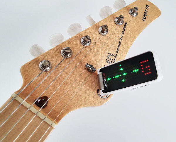 ギターにUniTune Clipを取り付けた画像