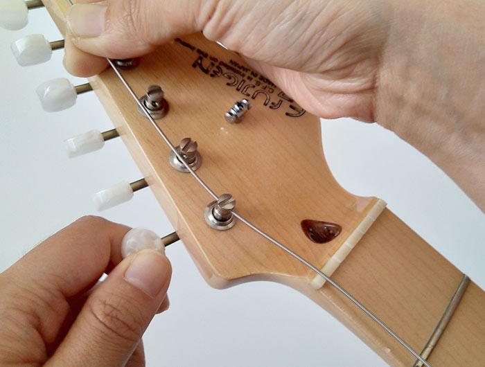 弦を引っ張った状態でペグを締める方向に回す