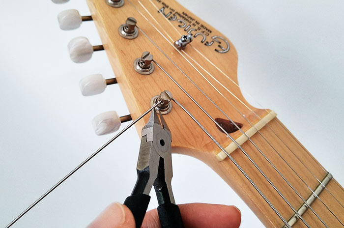 余った弦をニッパーでカット