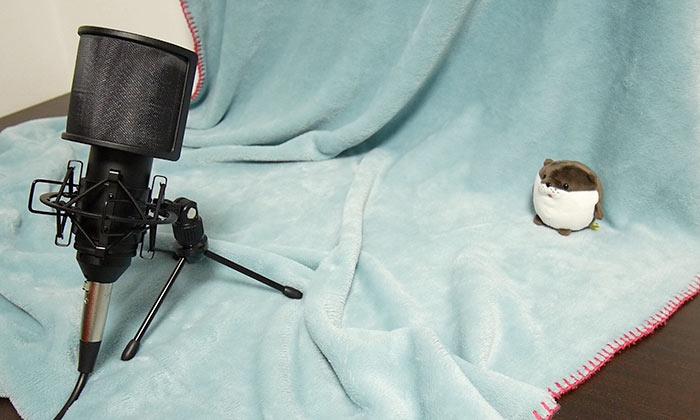 机上に三脚を使用してマイクを裏向きに設置