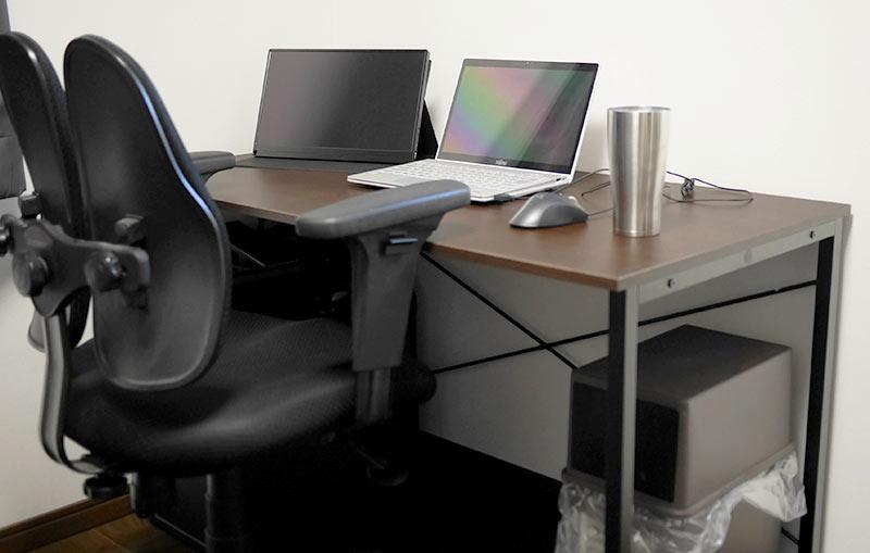 シンプルワークデスク使用例 ノートパソコンにサブディスプレイ、マウス、タンブラー、全てを余裕をもって置けます