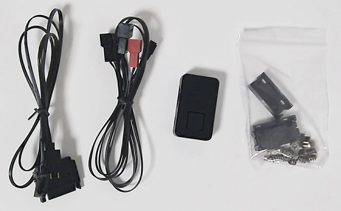 LEDコントローラー用のケーブル、PWM分岐ケーブル、LEDコントローラー、袋に入ったコネクタ脱落防止部品、固定ネジです