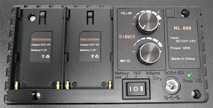 バッテリー接続部、照度調整ダイアル、電源ボタン、電源ジャックが配置されています