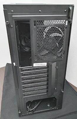 リアパネルは標準的です。 IOパネル、リアファン、拡張スロット、電源ユニットが配置されます