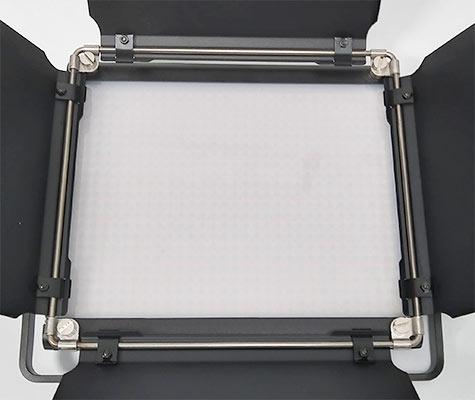 白ディフューザーを取り付けた状態、LEDの球は見え辛いです