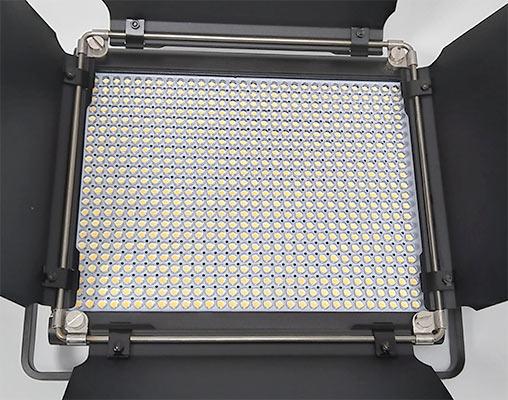 ディフューザーを外した状態、黄色と白色のLEDが見えます