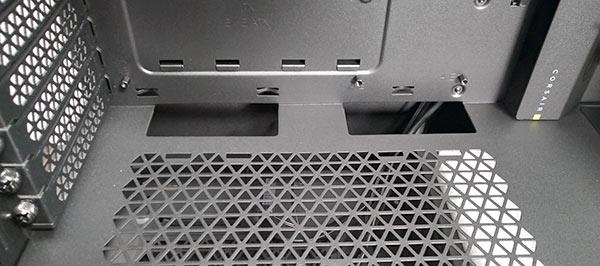 ボトムシュラウドの上には配線用スルーホールと、またボトムシュラウドは通気用にメッシュ構造になっています。