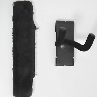 ギターハンガーのカバーとギターハンガー本体、全て黒一色