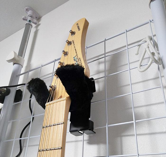 突っ張り棒にハンガーとギターを掛けた状態