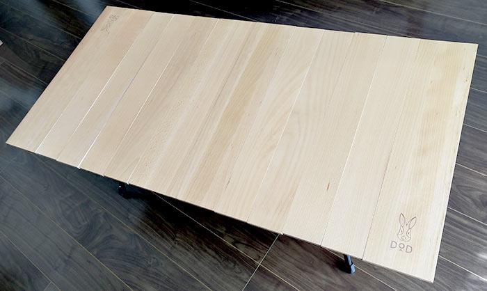 折り畳めている天板を展開するとフラットな天板になります。