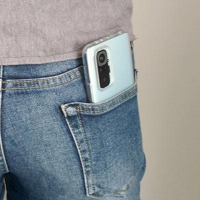ジーンズの後ろポケットは3分の1以上ポケットから出ます