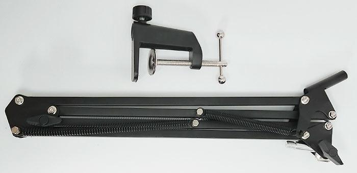 マイクアームとアームを固定するクランプ、どちらも黒いデザイン