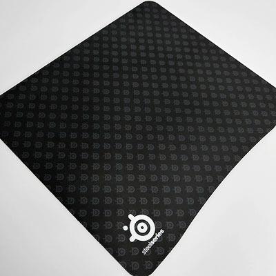 SteelSeriesのハードタイプマウスパッド、3HD。 ロゴマークが散りばめられたデザイン